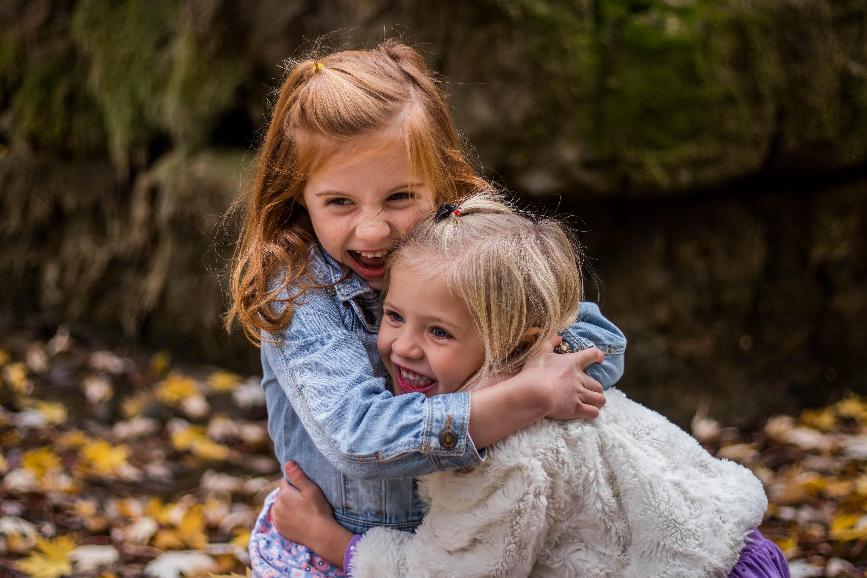 Deux enfants rigolent ensemble.