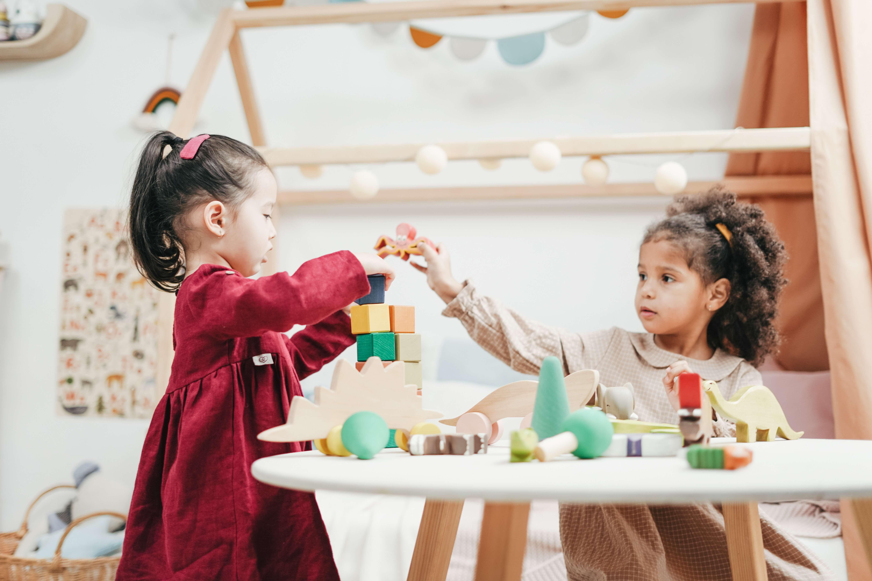 Deux enfants jouent ensemble.